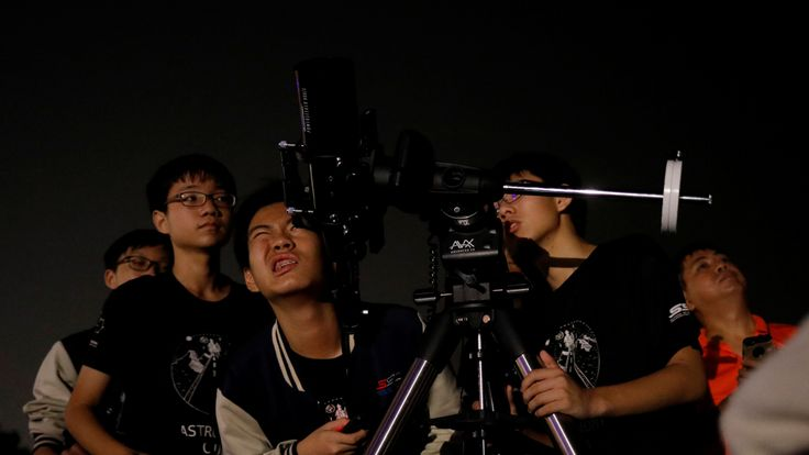 Sharp astronomy students in Singapore try to see the moon at Marina South Pier