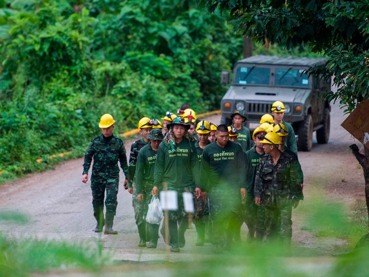 Divers embark on mission to rescue final 5 trapped in Thai cave