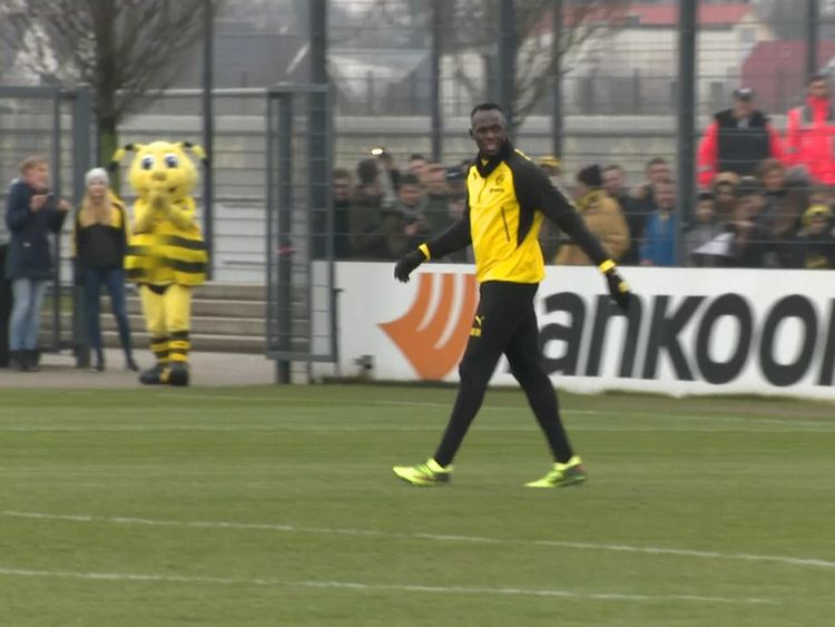 Usain Bolt trains with the Australian football team