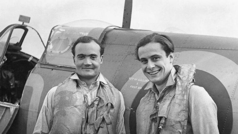 Geoffrey Wellum (R) with Flight Lieutenant Brian Kingcome (L) in 1941