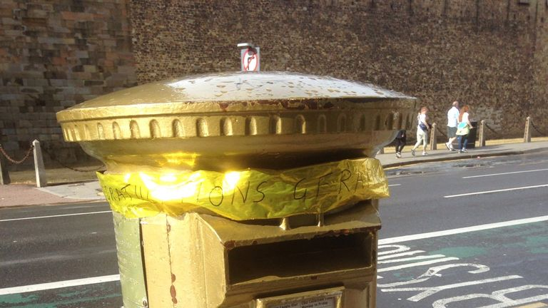 Geraint Thomas' commemorative gold medal postbox was adorned with a yellow ribbon. Pic: @RGarnault
