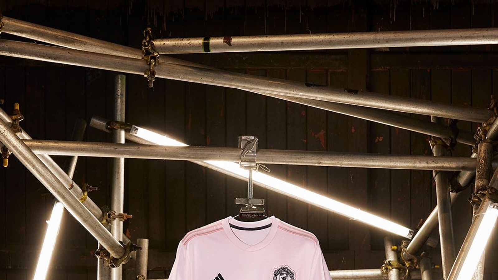 sports shoes eb89f 4041d Manchester United unveil pink away kit as tribute to city's ...