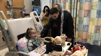 Drake pays surprise visit to patient awaiting a heart transplant at Lurie Children's Hospital of Chicago