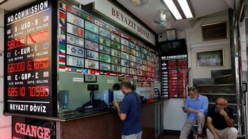 A man changes money at a currency exchange office in Istanbul, Turkey
