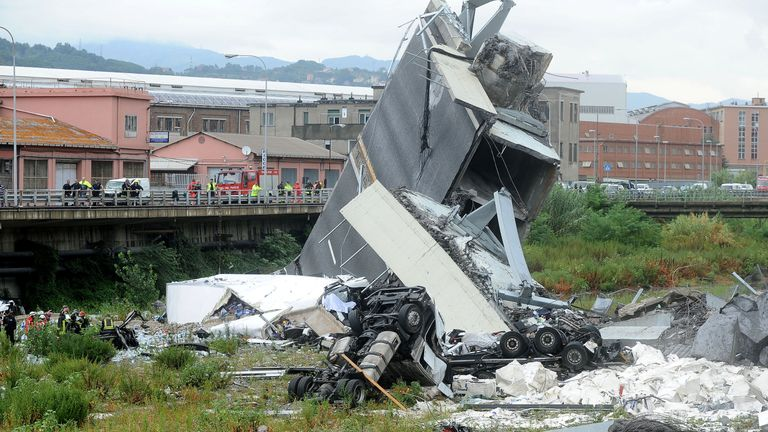 Views than 30 cards and a number of heavy vehicles fell when the bridge collapsed