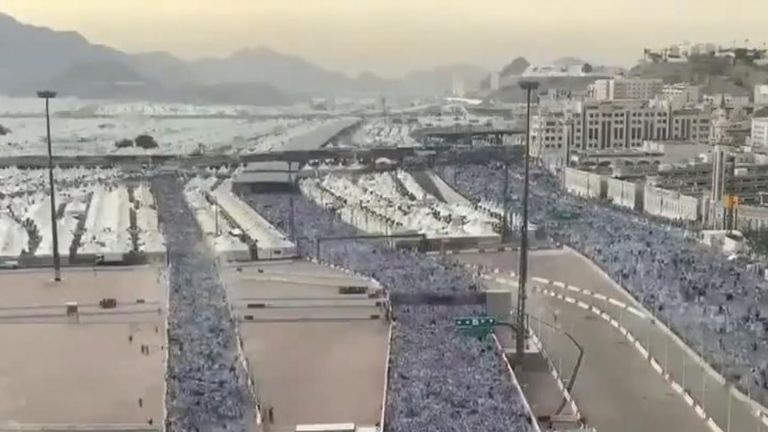 Time-lapse shows thousands of pilgrims in Mecca