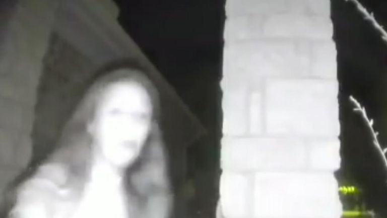 Woman rings doorbells in Texas then disappears