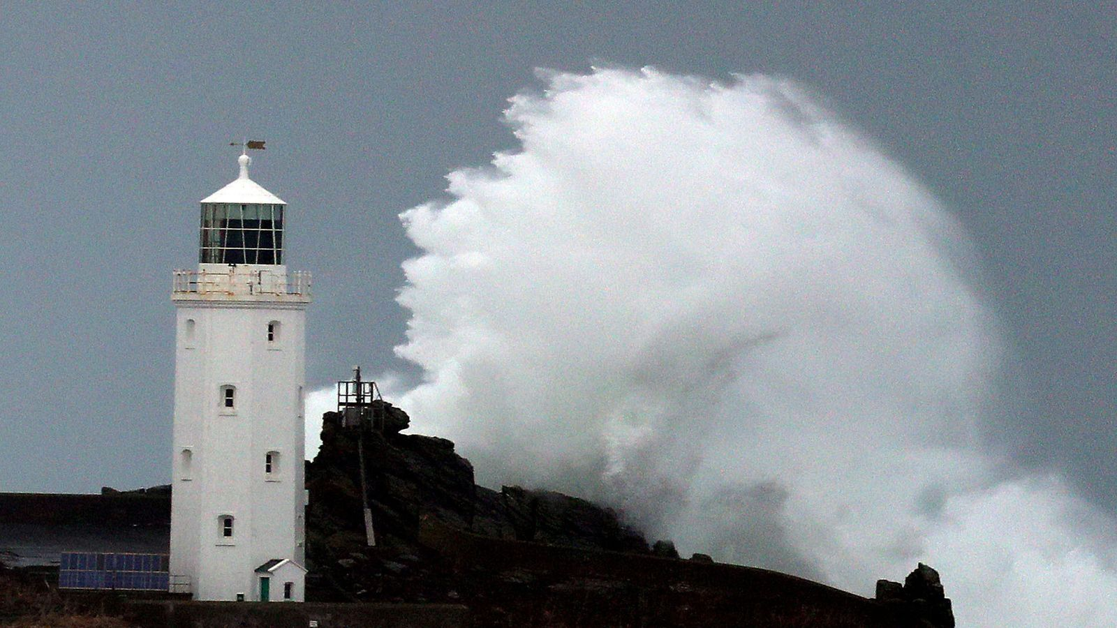 uk weather  storm helene approaches with 70mph gusts