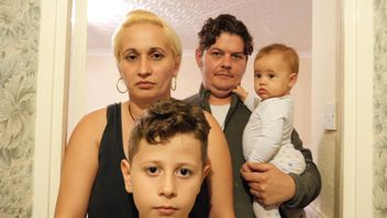 The Tudoroiu family in their £600 shared room in London.