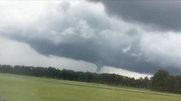 Passenger plane lands near forming tornado in Virginia