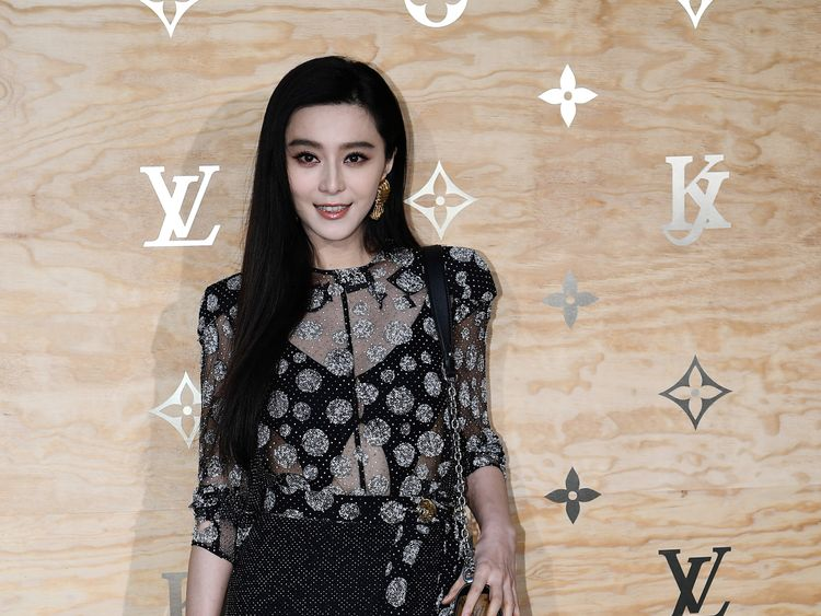Chinese actress and singer Fan Bingbing poses during a photocall ahead of a diner for the launch of a Louis Vuitton leather goods collection in collaboration with US artist Jeff Koons, at the Louvre in Paris on April 11, 2017. / AFP PHOTO / GABRIEL BOUYS (Photo credit should read GABRIEL BOUYS/AFP/Getty Images)
