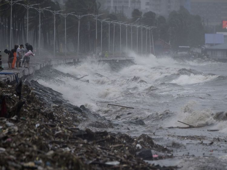 Strong waves in Manila caused by Typhoon Mangkhut