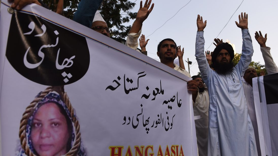 Pakistani protesters calling for the hanging of Asia Bibi