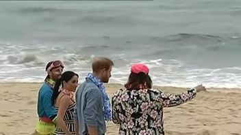 Royals kick off their shoes as they visit Bondi Beach