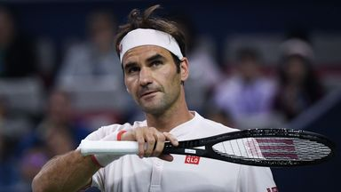 Federer battles to quarter-finals
