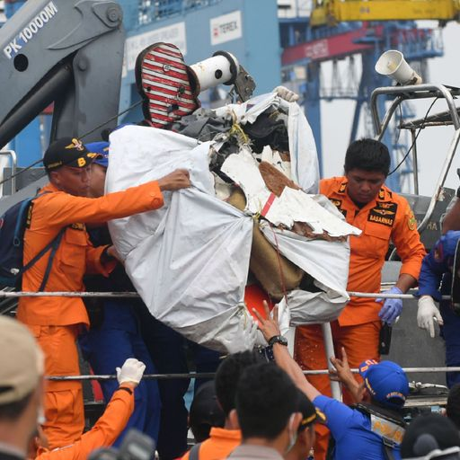 Lion Air jet crash in Indonesia: Divers scour seabed for bodies