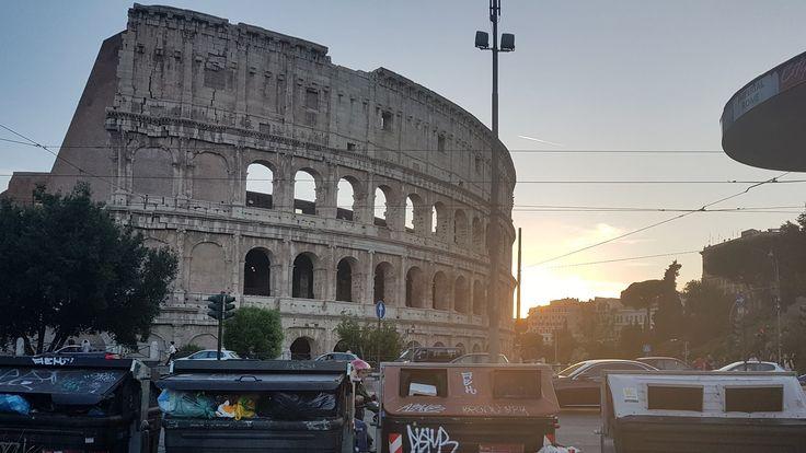 Garbage at the Colosseum. Pic: Roma Fa Schifo