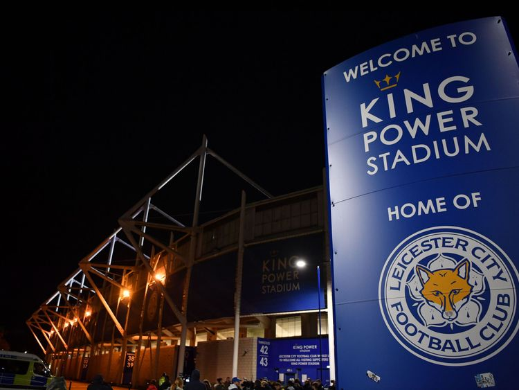 Media and members of the public are seen at a police cordon outside Leicester City Football Club's King Power Stadium in Leicester, eastern England, on October 27, 2018 after a helicopter crashed in a car park outside the stadium. - A helicopter on Saturday crashed near the football stadium in the central UK city of Leicester, police said. The crash took place hours after Leicester drew 1-1 with West Ham in a Premier League match at the King Power Stadium. Sky Sports broadcast pictures of what i
