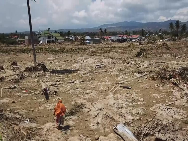 Volunteers bury more bodies from Indonesia quake