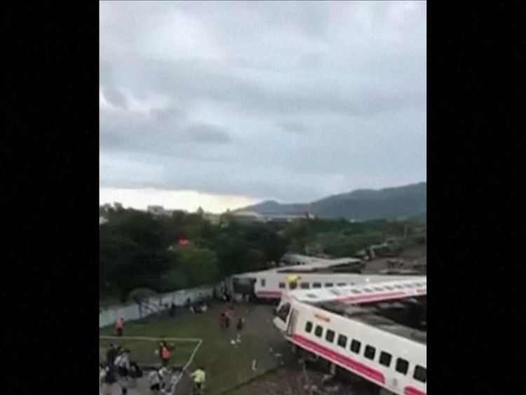 Train derails in Taiwan
