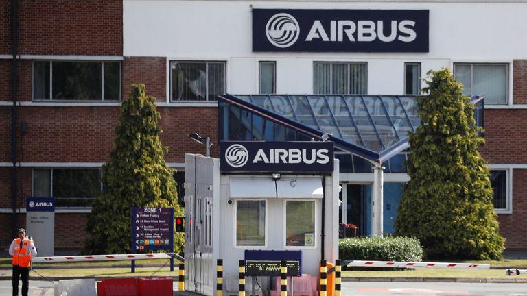 Un agent de sécurité se tient à l'entrée d'Airbus'  usine d'assemblage d'ailes à Broughton, près de Chester