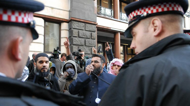 Anjem Choudary (C) addresses Muslim protesters outside the Old Bailey Courts in 2006