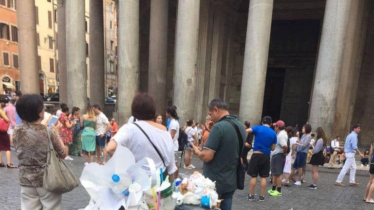 Garbage at Rome's Pantheon. Pic: Roma Fa Schifo
