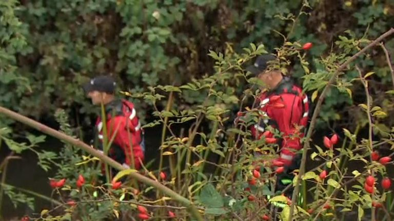 Police continue to search for the missing mother in the river Darent
