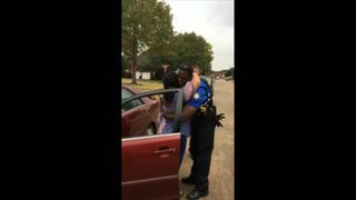 Texas cops give out turkeys to motorists