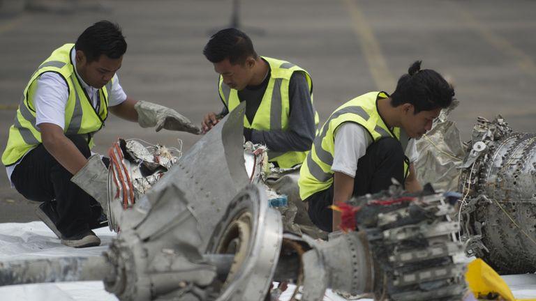 Los investigadores inspeccionan partes del motor del desafortunado vuelo JT 610 de Lion Air en un puerto de Yakarta el 7 de noviembre de 2018, después de que fuera recuperado del fondo del mar de Java.  - La autoridad de transporte del país dijo el 6 de noviembre que un avión de Lion Air de Indonesia que se estrelló en el mar de Java el 29 de octubre, matando a las 189 personas a bordo, sufría un problema con el indicador de velocidad del aire en su vuelo. Fatal y en tres viajes anteriores.  .  (Foto de BAY ISMOYO / AFP) (La foto de la foto debe ser leída por BAY ISMOYO / AFP / Getty