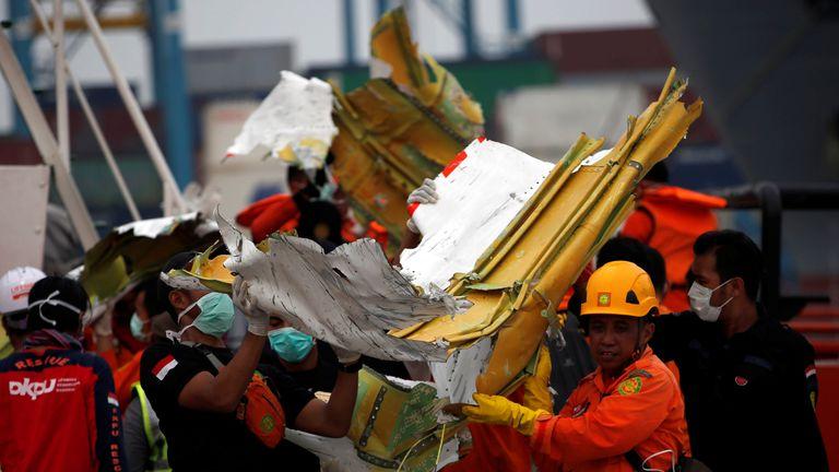 Los miembros del equipo de rescate transportan los escombros recuperados del vuelo JT610 de Lion Air accidentado