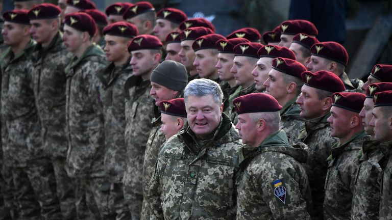 Ukrainian President Petro Poroshenko speaks to Ukranian servicemen of the airborne troops after their drill in the region of Zhytomyr on November 21, 2018