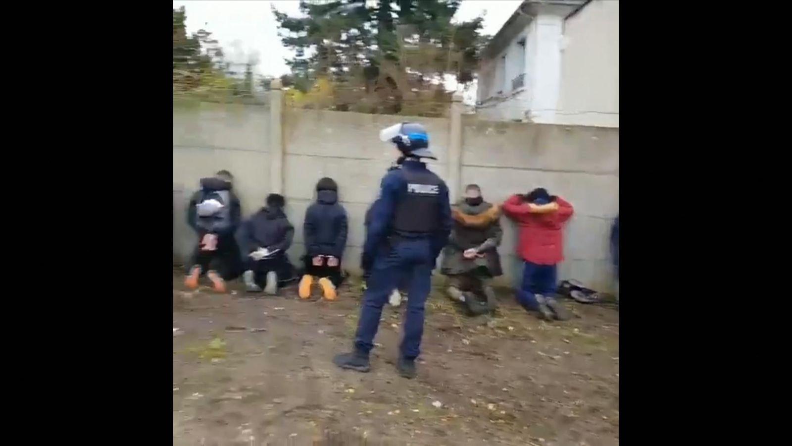 La ira cuando la policía antidisturbios obliga a los escolares a arrodillarse con las manos detrás de la cabeza en medio del bloqueo de París