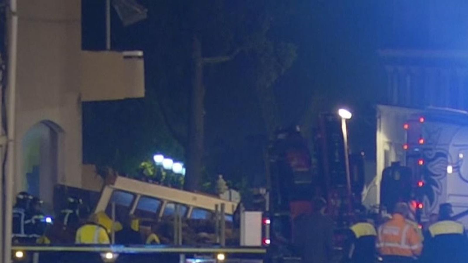 Tram derails and overturns injuring 28 in Portugal