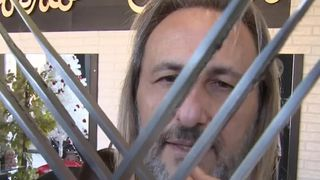 Alberto Olmedo cuts hair with swords