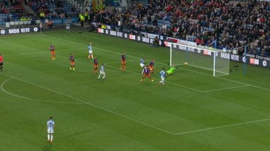 Mounie's last-minute miss!