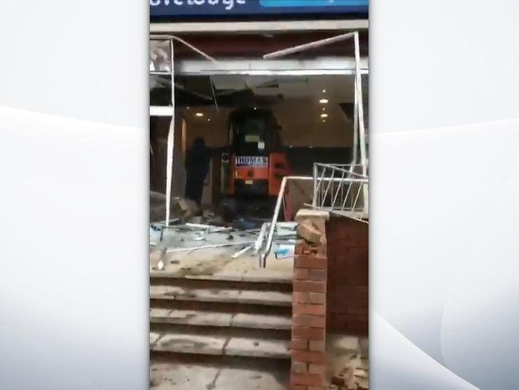"""El hombre destroza un nuevo hotel con una excavadora porque """"no le habían pagado"""" - Sky News"""