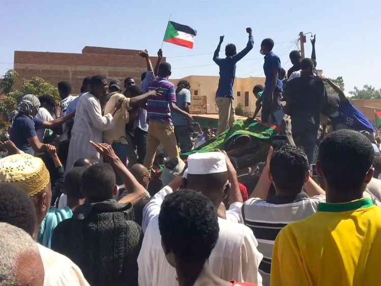 Tear gas fired as hundreds march to Sudan presidential palace