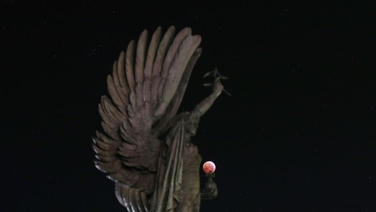 The super blood wolf moon over the peace statue on Brighton seafront
