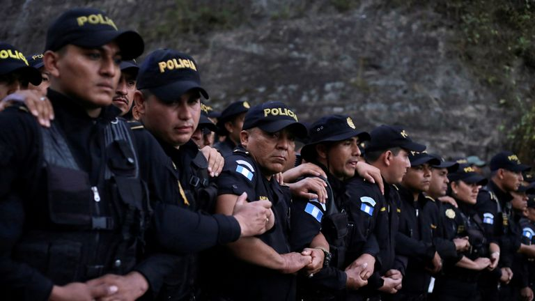 Guatemalan police block access to Honduran migrants