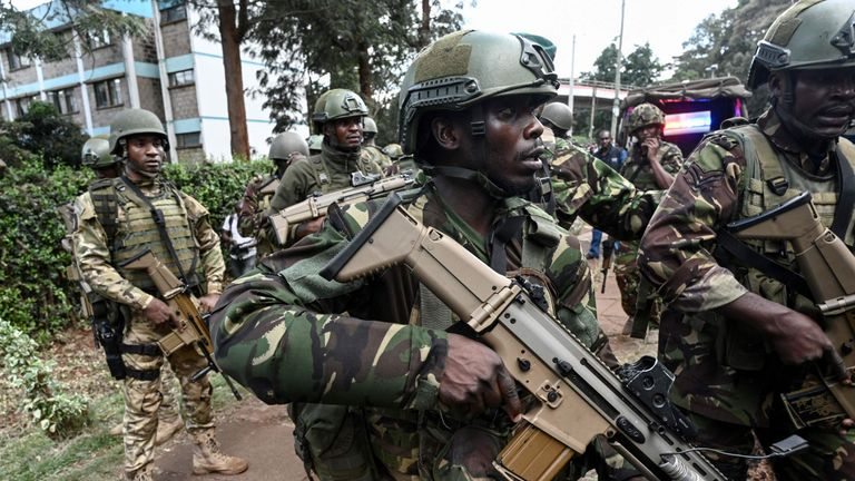 Kenyan militaries arrive at the scene of an explosion at a hotel complex in Nairobi on January 15, 2019
