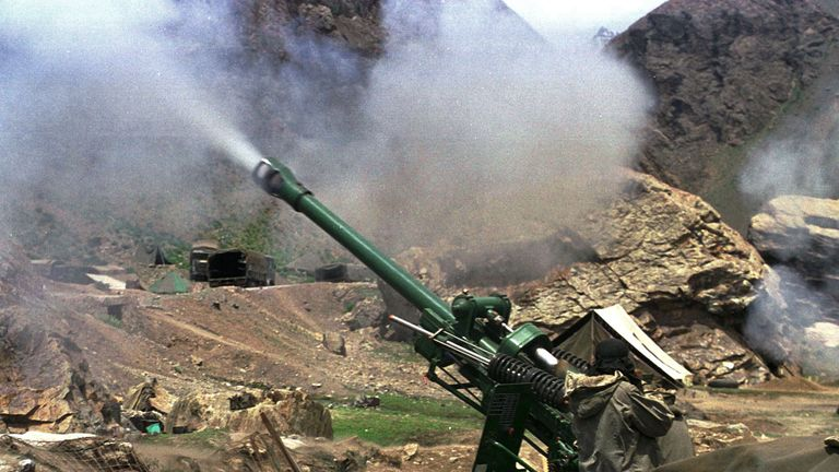 Indian soldiers fire heavy artillery shells towards Pakistan during fighting in 1999