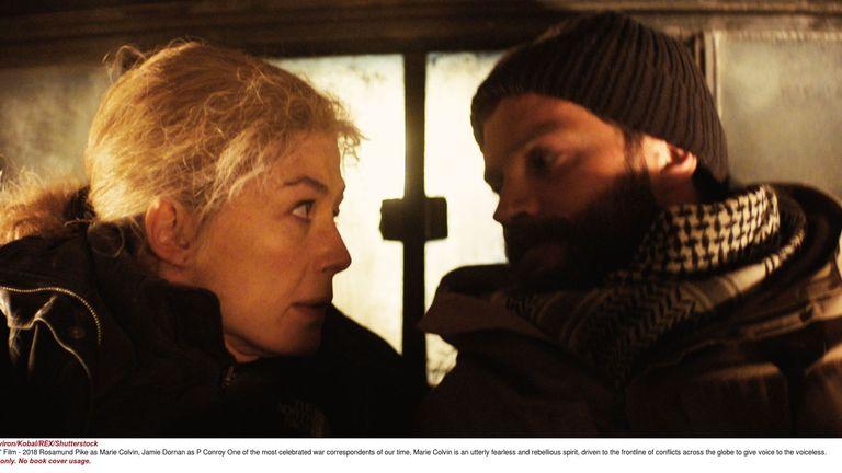 Rosamund Pike as Marie Colvin, Jamie Dornan as Paul Conroy in A Private War