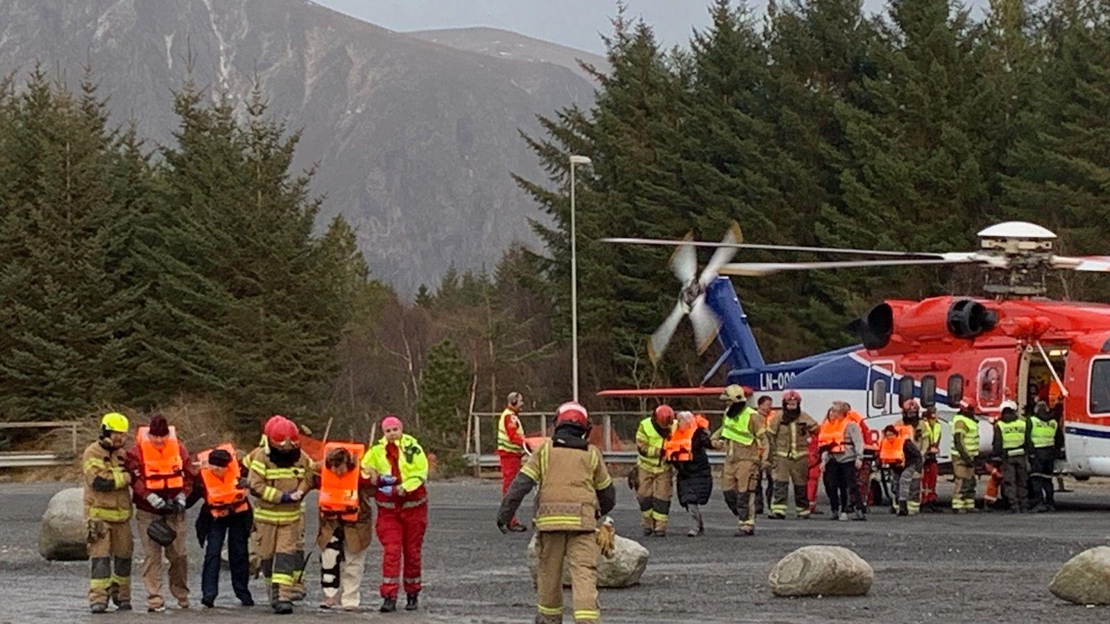 Penumpang yang terdampar yang diselamatkan oleh helikopter dari kapal pesiar Viking Sky tiba di darat