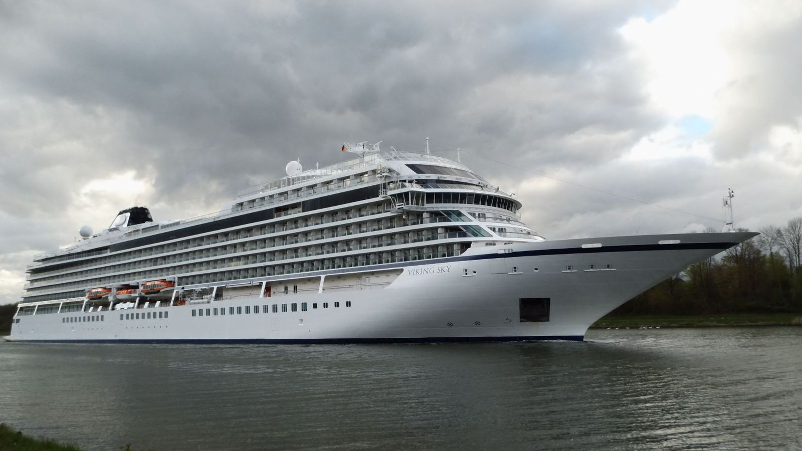 1,300 cruise ship passengers to be evacuated after engine failure