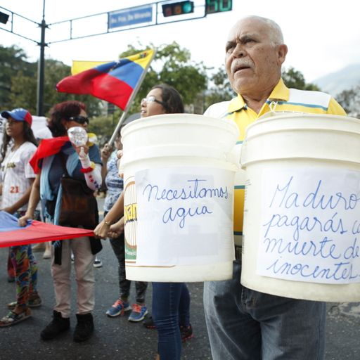 Venezuelans loot water during power cut