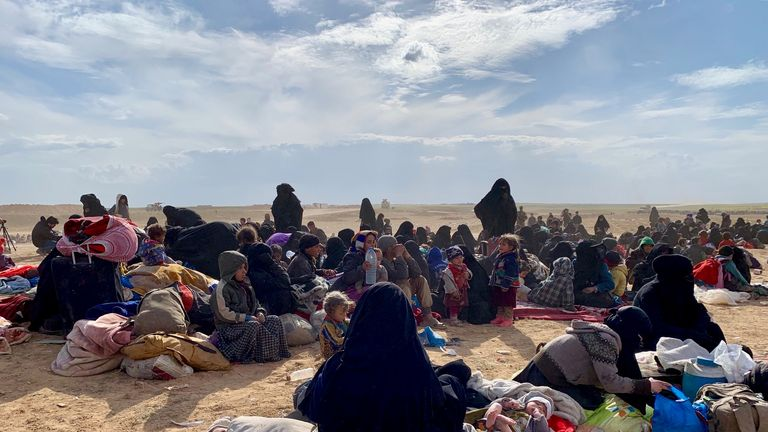Thousands of people leave Baghouz, Syria