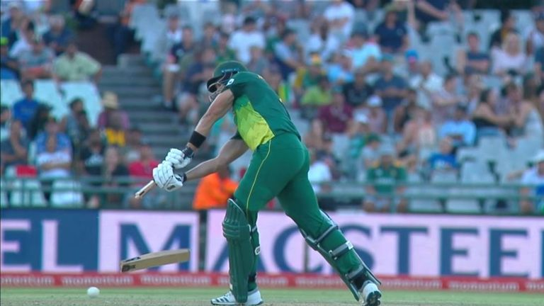 Markram's bat split in two as he dealt with a Thisara Perera yorker at Newlands!