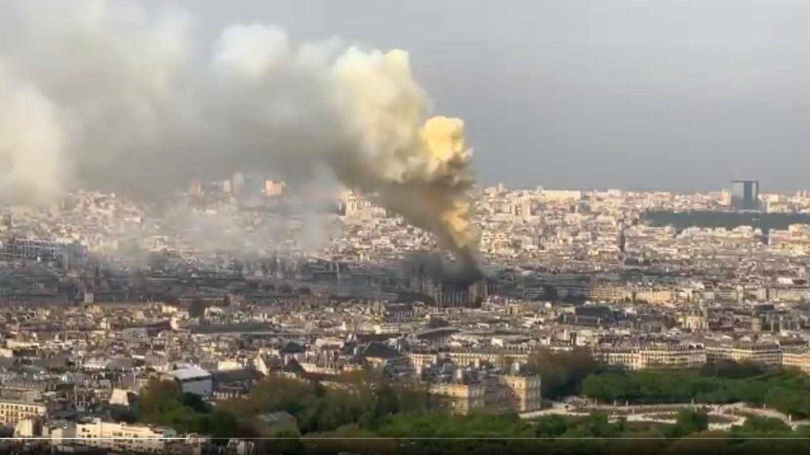 Penampakan Notre Dame yang kebakaran