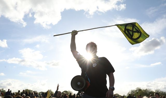 Extinction Rebellion: Climate protesters 'closing ceremony' ends London demo
